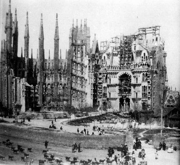 La_Sagrada_Familia_en_construcción,_c._1915