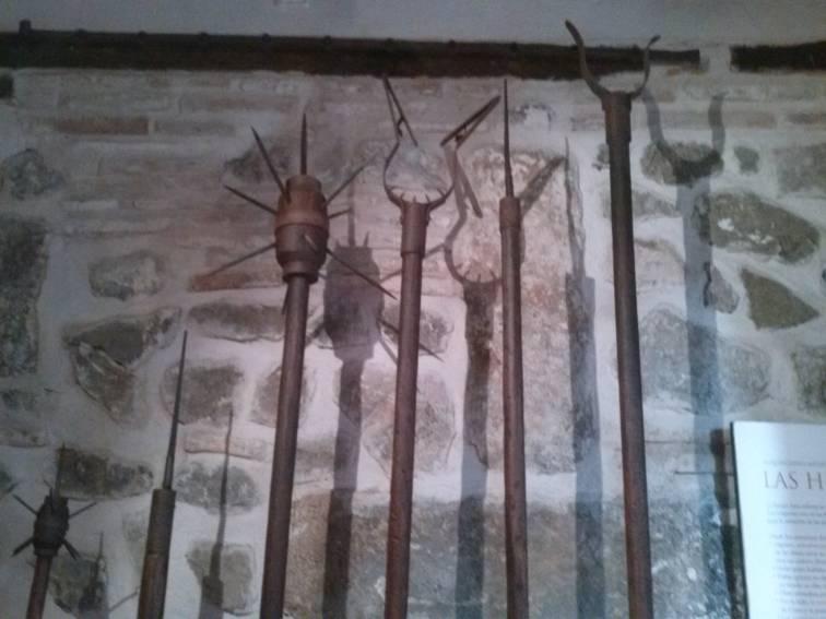 LANZAS  Con estas lanzas controlaban a los presos enrejados desde el otro lado.