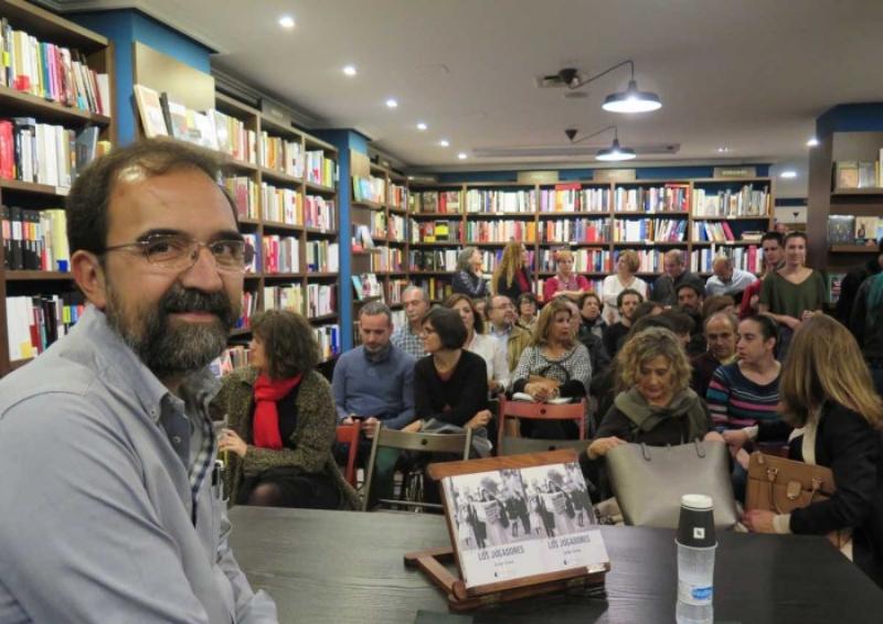 Carlos Fortea presenta su novela 'Los Jugadores' en la librería Letras Corsarias. | Vía: La Crónica de Salamanca