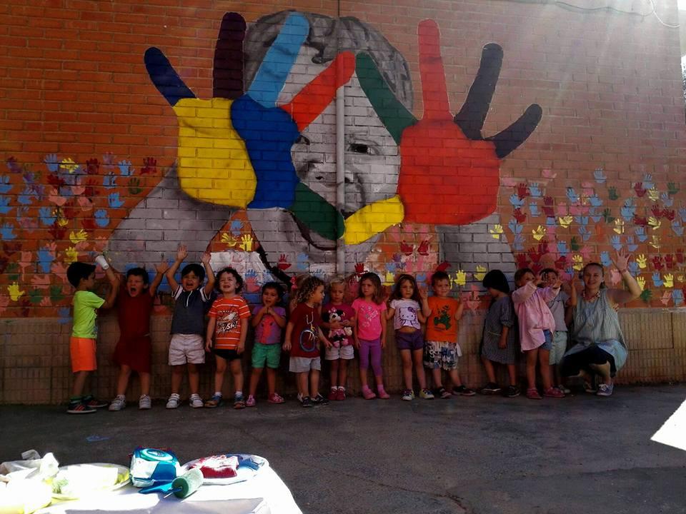 Colegio Al-Kasar, con los pequeños participantes en el mural