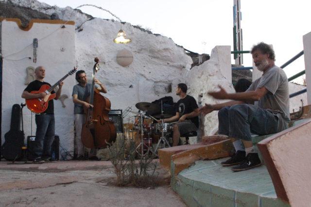 Carlos enfrente de la Cueva B.art en un ensayo de Jazz. Foto: Eloy Amestoy