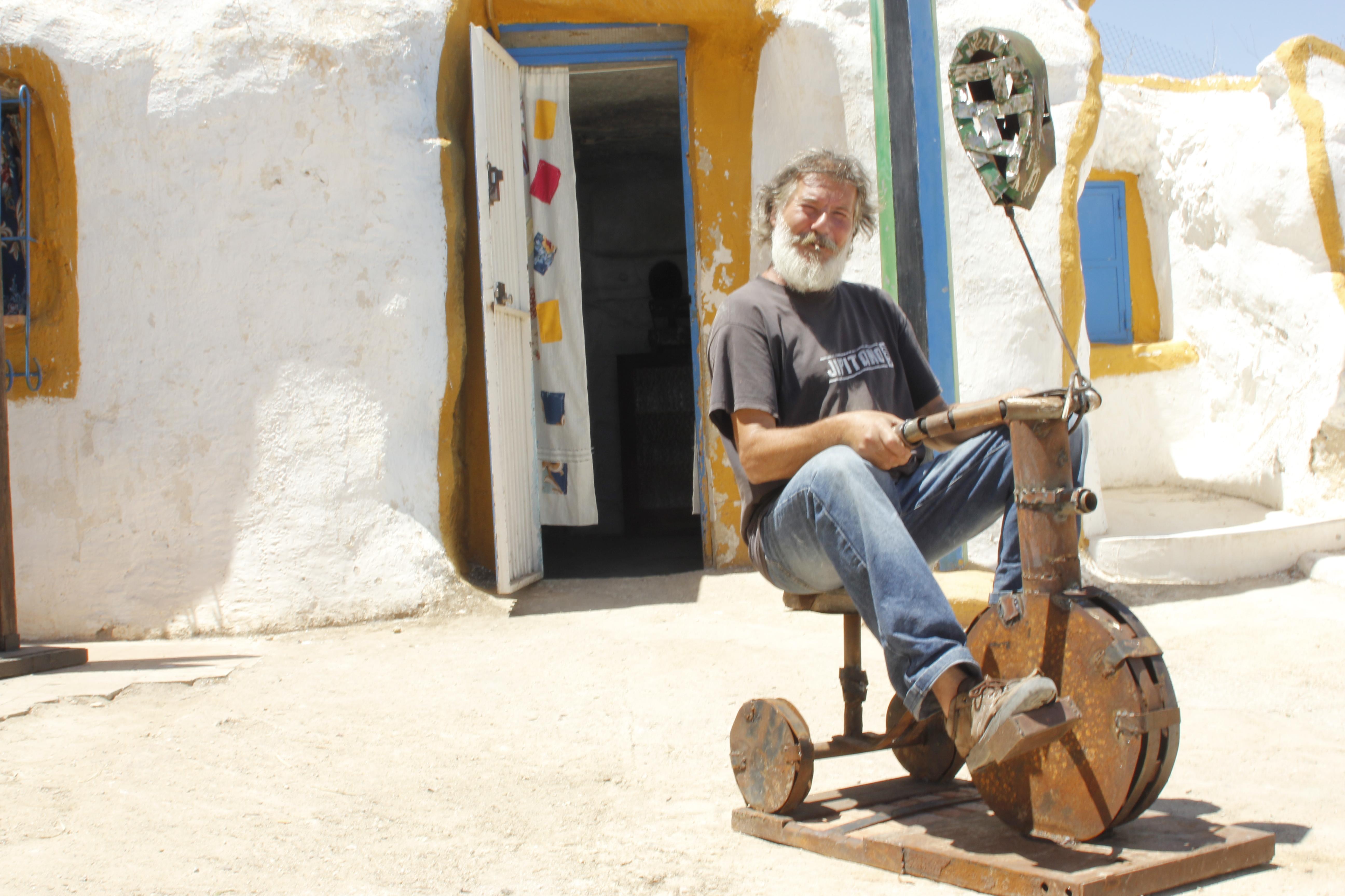 """Carlos montado en su bicicleta, en su camiseta puede leerse """"Jipitano 100 %"""" . Foto: Eloy Amestoy"""