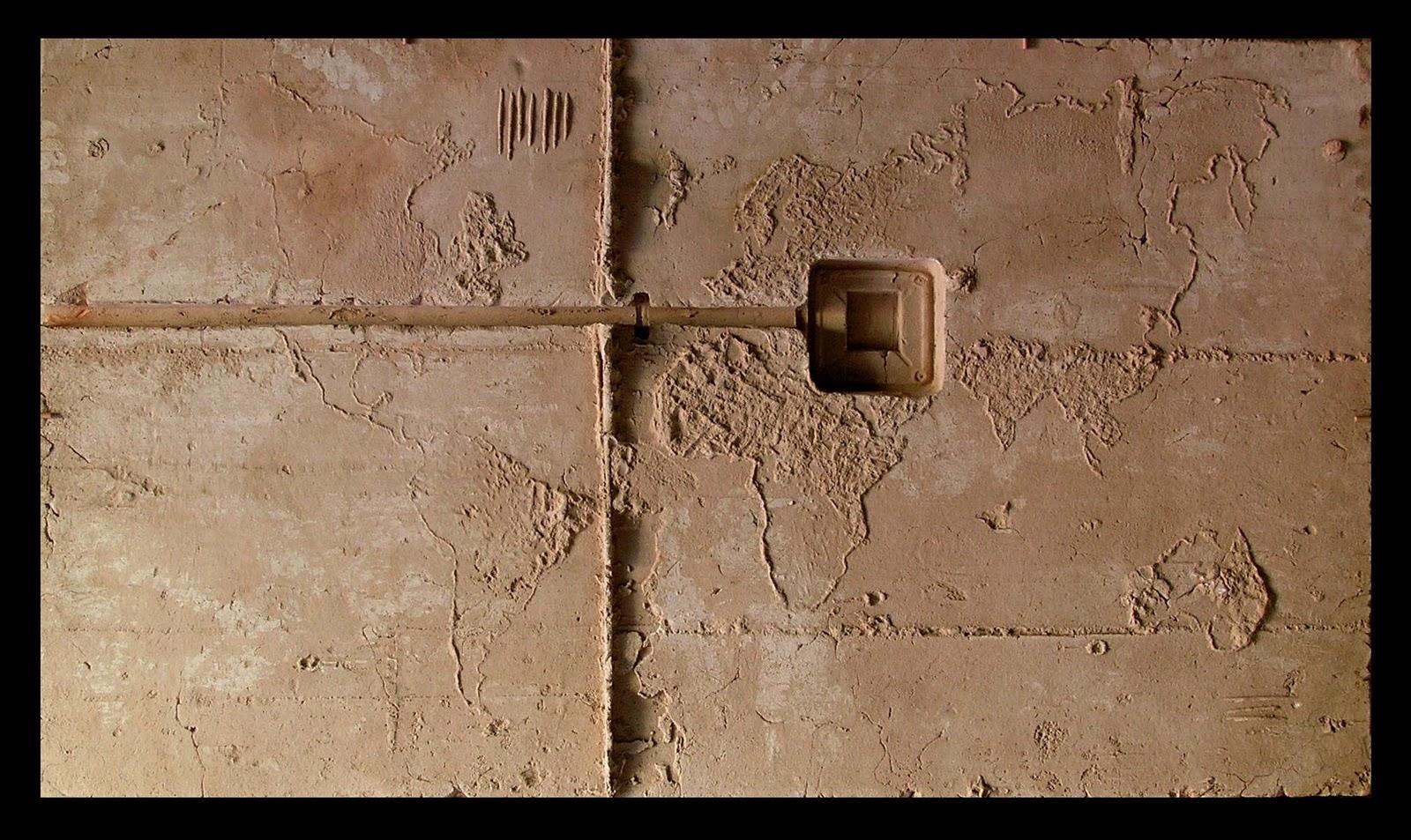 Del Mundo y su muro, 2007. Terracota. 74 x 130 x 9 cm