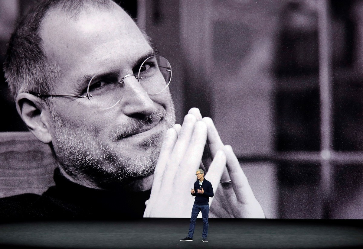Tim Cook sobre el escenario recordando a Steve Jobs en un evento de Apple.